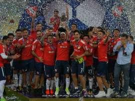 Les joueurs dIndependiente avec le trophée de la Copa Sudamericana. AFP