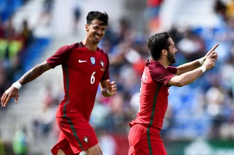 Le milieu portugais Joaõ Moutinho partage sa joie avec Jose Fonte après son but contre Chypre. AFP