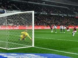 Ruffier s'incline sur un penalty transformé par le Niçois Wylan Cyprien à l'Allianz Riviera. AFP
