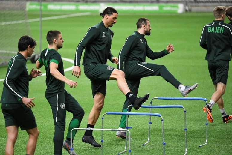 Ibrahimovic sigue entrenándose con el Hammarby. AFP