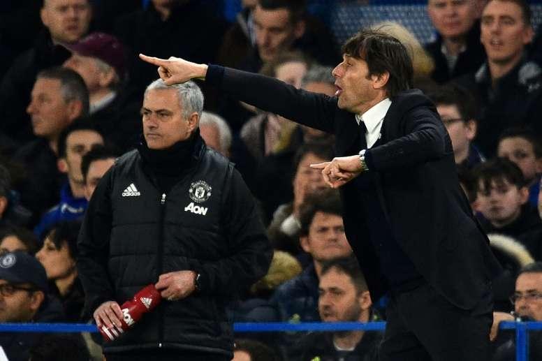Antonio Conte et son homologue de Manchester United José Mourinho opposés. AFP