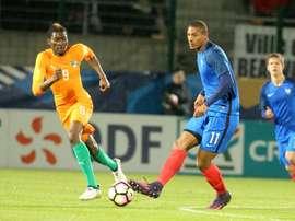 Le Français Sébastien Haller (d) lors dun match amical avec les Espoirs face à la Côte dIvoire, le 10 novembre 2016 à Beauvais