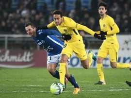 Liénard à la lutte avec Neymar. AFP