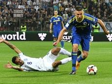 Vedad Ibisevic, avec la Bosnie Herzégovine, déborde le Grec Zeka, en match de qualification. AFP