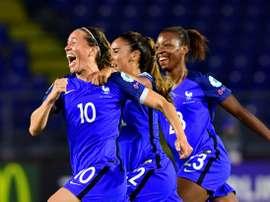 Camille Abily exulte avec ses coéquipières après avoir égalisé pour les Bleues face à la Suisse. AFP