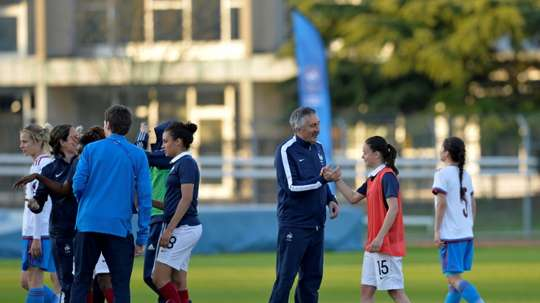 Gilles Eyquem (c), entraîneur de léquipe de France féminine -19 ans, félicite Maelle Garbino lors de lEuro de foot des -19 ans, le 9 avril 2015 à Melun