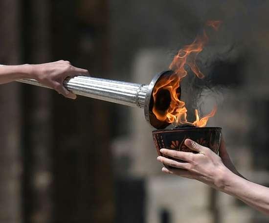 Le relais de la flamme olympique réaménagé, un haut dirigeant contaminé. AFP