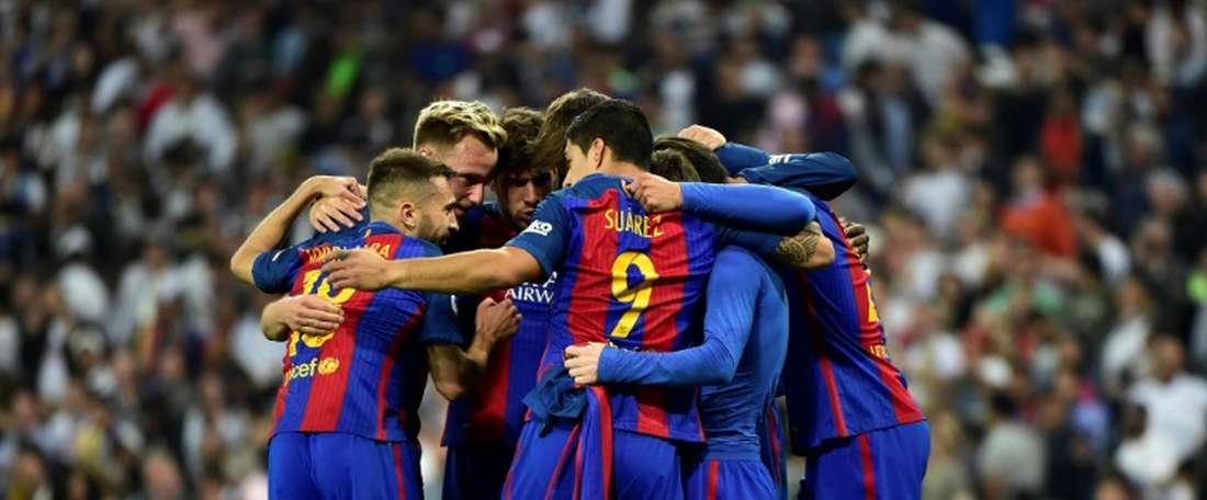 Les joueurs du Barça se congratulent après l'un des deux buts inscrits par Lionel Messi en Liga. AFP