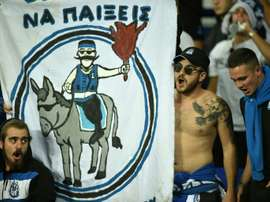 Des supporters du club chypriote de l'Apollon Limassol lors d'un match contre Everton. AFP