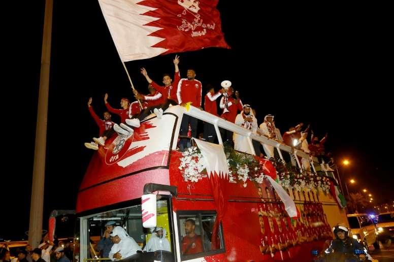L'équipe  du Qatar sacrée championne dAsie défile à bord dun bus dans les rues de Doha. AFP