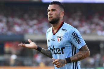 El entrenador interino de Athletico Paranaense calificó de difícil la llegada de Alves. AFP