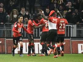 Los jugadores del Rennes celebran el gol del empate ante el Lyon. AFP