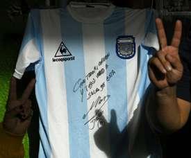 Un maillot de Maradona pour aider des pauvres de Buenos Aires. AFP