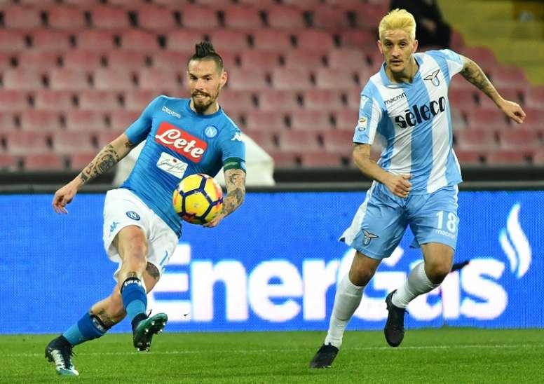 Luis Alberto (d) está destacando en la Lazio. AFP
