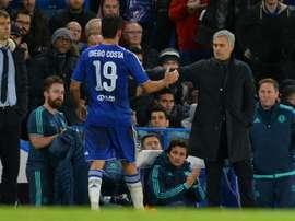 José Mourinho (d), alors entraîneur de Chelsea, félicite son attaquant Diego Costa lors du match de Ligue des champions face à Porto, le 9 décembre 2015 à Stamford Bridge