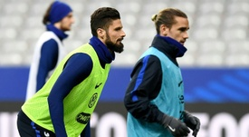 Giroud podría ser el compañero de Griezmann en el club rojiblanco. AFP
