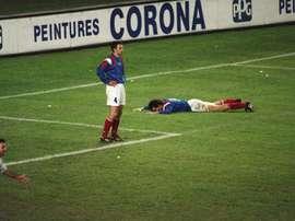 Roche et Blanc abattus après l'élimination des 'Bleus' du Mondial-1994 par la Bulgarie. AFP