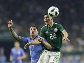 L'Uruguayen Jose Maria Gimenez (g) à la lutte avec le Mexicain Hirving Lozano. AFP