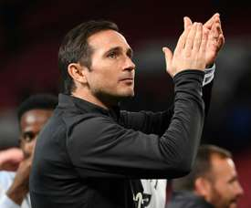 Frank Lampard applaudit les supporters lors du match face à Manchester United à Old Trafford. AFP