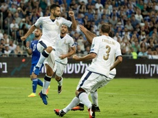 Le milieu italien Antonio Candreva (g), auteur dun penalty face à Israël en qualifications pour le Mondial-2018, le 5 septembre 2016 à Haïfa