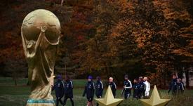 Les champions du monde français et leur entraîneur Didier Deschamps (c), à Clairefontaine. AFP