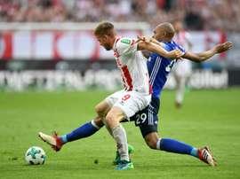 Le milieu de Cologne Simon Terodde à la lutte avec le défenseur de Schalke 04.  AFP