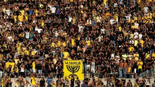 Les supporters du Beitar encouragent leur équipe, opposée à Saint-Étienne en Europa League. AFP