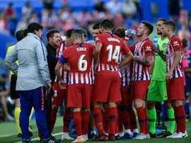 Diego Simeone parle à ses joueurs lors dun match de Liga à Getafe. AFP