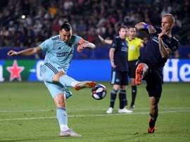 Zlatan Ibrahimovic (g) du Los Angeles Galaxy à la lutte avec Aljaz Struna. AFP