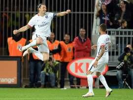 Ibrahimovic fue el encargado de abrir la lata en el choque. AFP