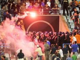 Supporters du Dinamo Zagreb face à la police anti-émeutes à domicile, le 1er mai 2015. AFP