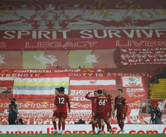 Liverpool faz a festa (literalmente) , mas guarda emoção para a última rodada. AFP