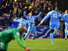 Los jugadores del Trelissac celebran eufóricos su victoria ante el Lille. AFP