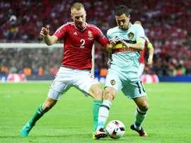 Le défenseur hongrois Adam Lang à la lutte avec l'attaquant Eden Hazard lors de l'Euro-2016. AFP