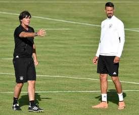 Joachim Löw avec son attaquant Wagner lors dune séance d'entraînement de la sélection allemande. AFP