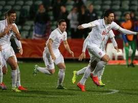 Marko Grujic (d) et léquipe de Serbie fêtent leur victoire contre les Etats-Unis lors du Mondial (-21 ans), le 14 juin 2015 à Auckland