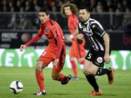 Thomas Mangani face à Angel Di María lors d'un Angers-PSG. AFP