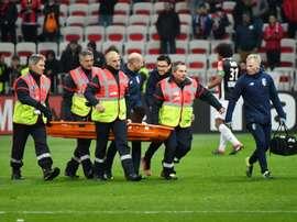 Le défenseur portugais de Lille Edgar Ié sort sur civière à Nice. AFP