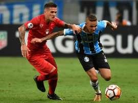 Le brésilien de Gremio, Luan, dispute la balle avec un défenseur argentin de Independiente. AFP