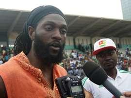 Adebayor podría rendirse a la evidencia y rebajarse al fútbol emiratí. AFP