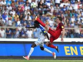 Le joueur du Honduras, Alberth Elis et l'Américain Matt Besler au cours du match. AFP