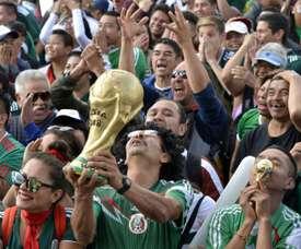 Les supporters mexicains ont jeté des objets lors du match de la Suède. AFP