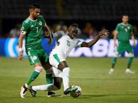 Riyad Mahrez (g) à la lutte avec celui du Sénégal lors de la CAN-2019. AFP