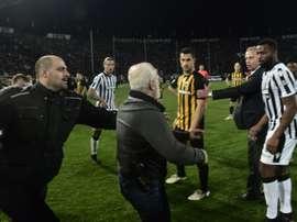 Ivan Savvidis, presidente do PAOK, entra em jogo com uma pistola. EFE