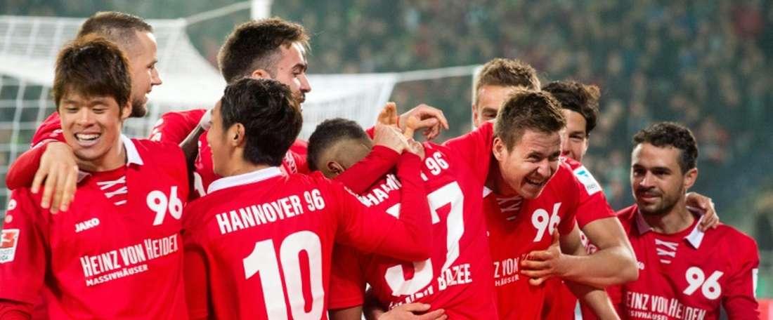 Les joueurs de Hanovre en liesse après le but de Waldemar Anton (3d) face à Mönchengladbach, le 15 avril 2015 à Hanovre