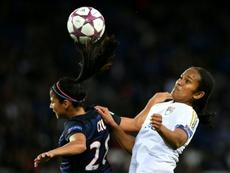 Shirley Cruz face à la Lyonnaise Wendie Renard en Ligue des champions, au Parc des Princes. AFP