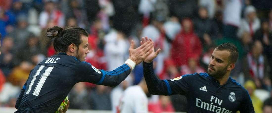 Lailier du Real Madrid Gareth Bale (g), félicité par son coéquipier Jesé après un but sur la pelouse du Rayo Vallecano, le 23 avril 2016