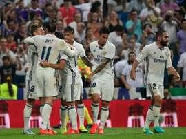 Les joueurs du Real Madrid se congratulent après le but de Toni Kroos (g) face au Celta Vigo à Santiago Bernabeau, le 27 août 2016