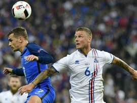 Le défenseur islandais Ragnar Sigurdsson (d) à la lutte avec lattaquant français Antoine Griezmann, en quart de finale de lEuro, le 3 juillet 2016 au Stade de France
