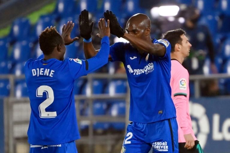 Djené y Nyom celebran el triunfo ante el Barcelona